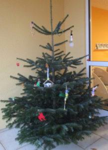 Weihnachtsbaum in der Krippe