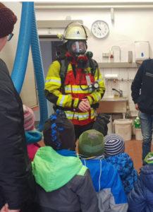 Feuerdrachen besuchen Feuerwehr