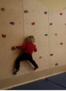 Kletterwand im Bewegungsraum