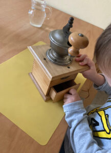 Read more about the article Kaffeemühle im Kindergarten